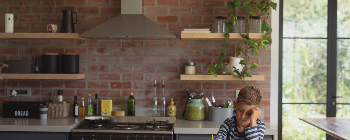 co na ścianę nad blatem kuchennym